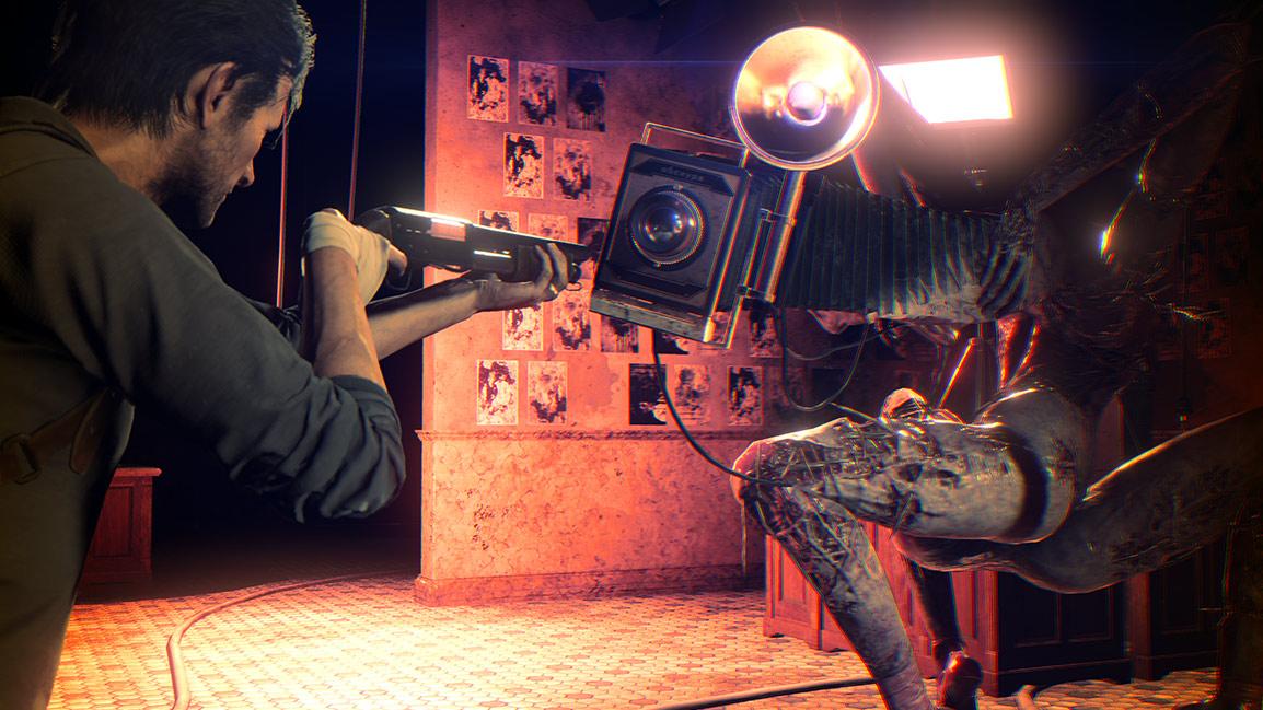 Sebastián apunta el arma a una criatura
